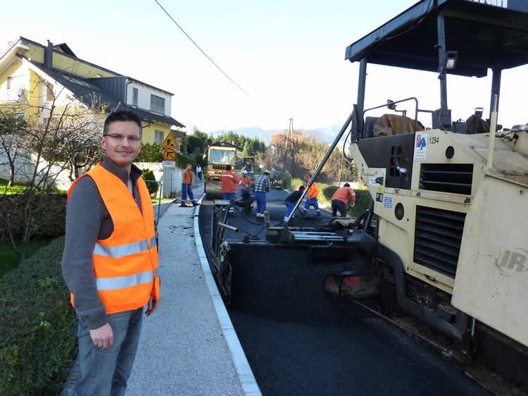 Župan Marjan Šarec med osebnim nadzorom polaganja asfaltne prevleke na Tunjiški cesti.