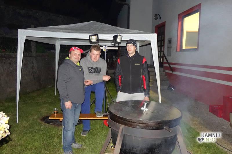 Nočna dežurna ekipa za kuhanje in mešanje gasilskega golaža.