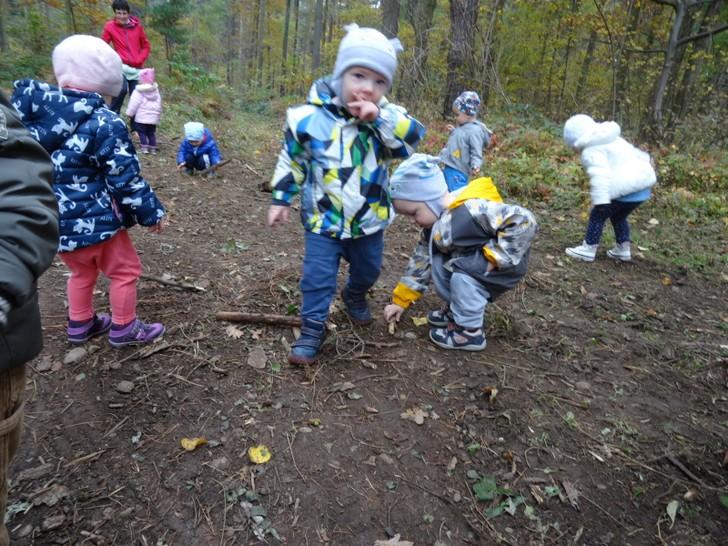 Otroci so v gozdu radi v vsakem vremenu (foto Irena Kidrič)