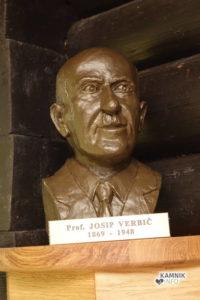 Doprsni kip prof. Josipa Verbiča je delo kiparja Mihe Kača.