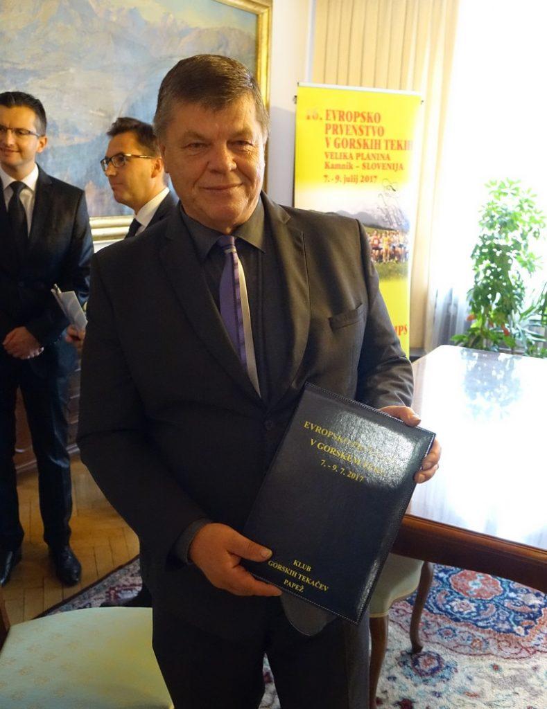 Dušan Papež, predsednik KGT Papež s podpisano pogodbo o organizaciji EP v gorskih tekih 2017.