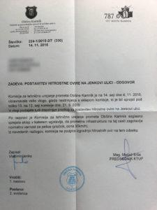 Komisija za tehnično urejanje prometa Občine Kamnik je znova zavrnila prošnjo prebivalcev Jenkove ulice, ki si že dlje časa prizadevajo za (ponovno) postavitev hitrostnih ovir.